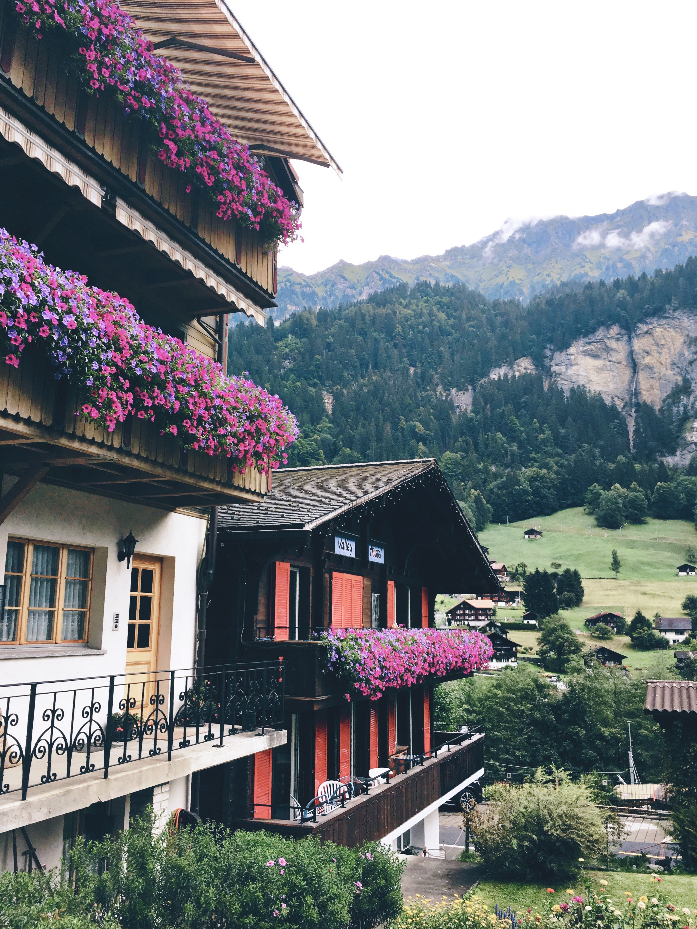 Survival Guide to Hostels for Introverts. Travel tips for introverts and long-term travelers in hostels. Hostel tips for introverts. How to travel in hostels as an introvert. Tips for choosing hostels as an introvert. Best hostels for introverts. Lauterbrunnen, Switzerland.